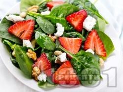 Салата със спанак, ягоди, кашу, орехи и козе сирене - снимка на рецептата